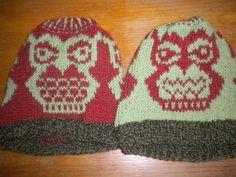 Pöllöpipot 2-3-vuotiaalle. Selkeästi vaaleammalla langalla tehdystä pöllöstä tuli ankaramman näköinen.  Pitää muistaa seuraavia pipoja väsätessä. ^^