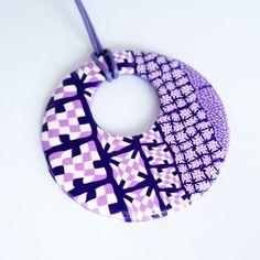 Grand pendentif hippie rose, violet et blanc en pâte Fimo