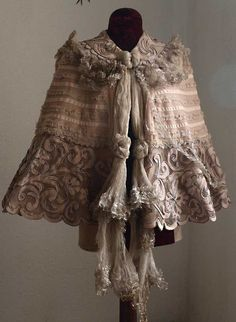 Etsy のGorgeous Cape Jacket French Haute Couture Silk Wool Embroidered Coat Capelet Victorian Edwardian Couture Handmade Lace Vintage Antique/73(ショップ名:GliciniaANTIQUE)