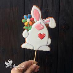 161 отметок «Нравится», 9 комментариев — Аля (@vualyasweetshop) в Instagram: «Заяц. Белый, пушистый и влюблённый ❤️ #имбирноепеченье #имбирныепряники #топпер #торт»