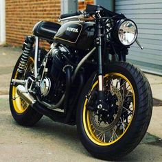 Drop Moto: Holy smokes this thing is clean. Stunning black and gold Honda cafe racer from Devin over st . Honda Cb750, Ducati, Motos Honda, Cb750 Cafe Racer, Cafe Racer Bikes, Cafe Racer Motorcycle, Motorcycle Style, Motorcycle Gear, Classic Motorcycle