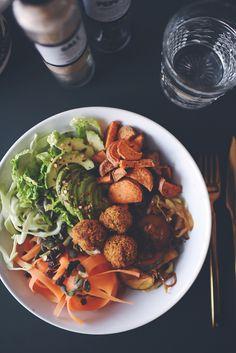 Denne her salat – eller variationer over samme tema – får vi ofte på travle hverdage. Hurtigere end at bestille og hente takeaway, omend den selvfølgelig trods alt kræver en lille indsats i køkkenet. Men det er nu ok synes jeg. Især når man bliver belønnet med et alternativ, der er både sundere og billigere …