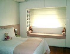 Com marcenaria, colcha e porta-travesseiro brancos, o projeto do escritório Barbara & Purchio manteve o ar neutro desse quarto feminino. Os detalhes em rosa ficam por conta do assento perto da janela e da cabeceira