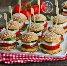 Need brunch recipes? These make ahead Gluten-Free Mini Pancake Skewers couldn't be simpler and they look adorable on the buffet table. Party Food On Skewers, Mini Hamburgers, Breakfast Buffet, Banana Breakfast, Sunday Breakfast, Party Buffet, Catering Food, Brunch Party, Frappuccino