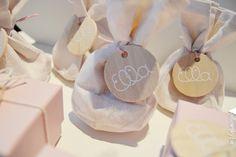 Linnen zakje in ecru met houten label. Linnen zakjes zijn beschikbaar in verschillende kleuren. #geboorte #doopsuiker #meisje www.yellowsky.be