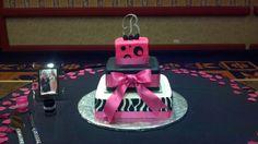 Pink & black wedding cake Pink Black Weddings, Black Wedding Cakes, Sweet Ideas, Hot Pink, Wedding Ideas, Desserts, Food, Tailgate Desserts, Deserts