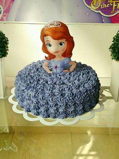 Bolo Princesa Sofia Doll Birthday Cake, Baby Birthday, First Birthday Parties, Birthday Party Decorations, First Birthdays, Bratz Doll Makeup, Sofia The First Cake, Princess Sofia Birthday, Foto Pastel