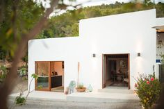On a mountain in the rugged north of Ibiza, lies this beautiful casita. What formerly served as stables and storage, is now transformed into a contemporary dream house. The owners of Ibiza Interiors developed this 200 year old finca into their. Le Logis, Desert Homes, Mediterranean Homes, Design Case, Interior And Exterior, Interior Design, Studio Interior, Tiny House, Beautiful Homes