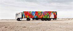 Caminhões com carretas que expõe obras de arte.