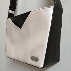 Rêves de Sacs sur Instagram: Mambo small (modèle Sacôtin) pour ce sac bicolore en simili poulain. J'aime cette forme un peu anguleuse particulière. À découvrir bientôt…