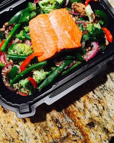 I'm hooommmeeee in Ohio for thanksgiving break  so obvi I had to go to my favorite restaurant/cafe @bamhealthycuisine  I got steamed quinoa, steamed veggies  and a lil baby salmon filet  it's so nice to be home and see family and friends AND go to a gym that's actually nice  #fitfood #foodisfuel #flexibleeating #flexibledieting #eatclean #eathealthy #eatforabs #cheatclean #iifym #intuitiveeating #healthy #healthyeating #healthyandhappy #postworkout