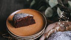 A csokitorta és a brownie szerelméből született ez a lisztmentes csokitorta, amihez csupán öt hozzávalóra lesz szükséged. Chocolat Lindt, Sin Gluten, Tiramisu, Muffin, Cooking Recipes, Pudding, Breakfast, Ethnic Recipes, Food