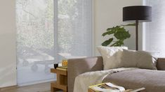 Luxaflex® Facette® Shades in de woonkamer.| living room