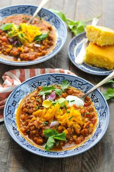On the stovetop or in the slow cooker, this Pumpkin Chili recipe is an easy and healthy dinner that's perfect for fall. The perfect Halloween food, too! Halloween Food For Party, Fall Halloween, Halloween Appetizers, Toddler Halloween, Halloween Recipe, Halloween 2019, Chili Recipes, Crockpot Recipes, Cooking Recipes