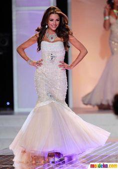 Miss Rhode Island, Olivia Culpo terlihat anggun mengenakan gaun putih di kontes Miss USA 2012 di Las Vegas.