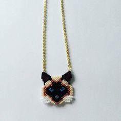 Collier au motif d'un chat siamois dans les tons marrons Tissé à la main au point Brick stitch perle par perle Perles Miyuki de couleurs : cuivre, marron,beige, noir, blan - 17316508