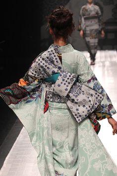 """Un kimono """"lifestyle"""" By Jotaro saito Ethnic Fashion, Kimono Fashion, Modern Kimono, Mode Costume, Yukata Kimono, Kimono Design, Japanese Textiles, Japanese Outfits, Sari"""