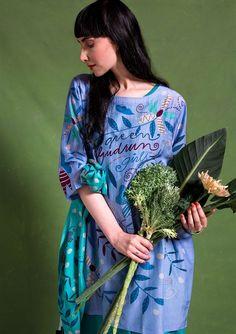 """De jurk """"Girls"""" is een eerbetoon aan alle Gudrun-girls over de hele wereld. Een draagbaar model met een kleurrijk geprint dessin en twee handige zakken. Bovendien van een heerlijke kwaliteit van katoen en zijde."""