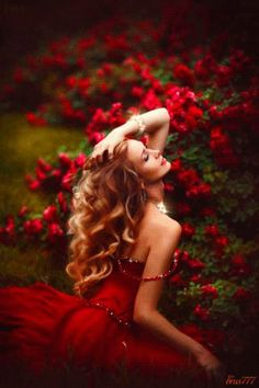See more about red roses, red flowers and portrait photography. Foto Fashion, Red Fashion, Portrait Photography, Fashion Photography, Blonde Photography, Erotic Photography, Photography Ideas, Shades Of Red, Lady In Red