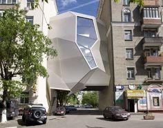 Op de architectuurbiënnale ARCH Moscow 2011 komt het Russische architectenbureau za bor architects aanzetten met een wel heel vernuftig idee. De Parasite Office is een zwevend kantoorgebouw dat de leegte vult tussen twee bestaande flatgebouwen.