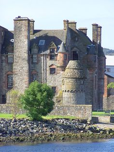Newark Castle is a well-preserved castle sited on the south shore of the estuary of the River Clyde in Port Glasgow, Inverclyde, Scotland. Scotland Castles, Scottish Castles, Castle Ruins, Medieval Castle, Newark Castle, Beautiful Castles, Beautiful Places, Scotland Travel, Temples
