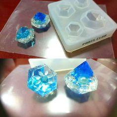 発掘して見つけたかのような、キレイな色の鉱石を気軽に手作りできるのをご存知でしょうか?アクセサリーのDIYでよく使うレジンを使って、「レジン鉱石」を手作りできるんですよ♪レジン鉱石は、ナチュラルな石のような形をしているレジン製の水晶です。一見難しい造形方法が必要な気がしますが、実はあるものを使えば簡単に鉱石のかたちを作ることができるんですよ。レジン鉱石の作り方と、その活用方法をご紹介します。