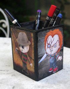 Bateau en bois pour mettre les crayons décoré à la main avec 4 personnages emblématiques de lhorreur des années 1980 : Hellraiser, un jeu denfant,