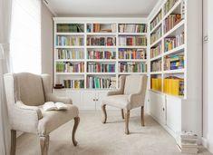 Klasyczna biblioteka w bieli