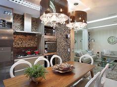 cozinha, salas de estar, de televisão e de jantar foram integradas em um mesmo ambiente harmônico