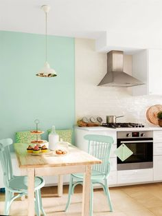 cocina con pared pintada color verde mint y mesa con sillas_405982