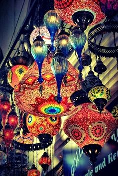 Create amazing atmosphere with varying sizes and colours of closely crowded lanterns. Creation Deco, Pretty Lights, Beautiful Lights, Bright Lights, Arabesque, Chandeliers, Bunt, Light Up, Glass Art