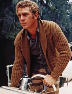 A main staple in Steve McQueen's wardrobe were his casual knit cardigans. With effortless style, McQueen … Steven Mcqueen, Hot Men, Hot Guys, Steve Mcqueen Style, Mode Man, Ivy League Style, Charles Bronson, Style Outfits, Brown Cardigan