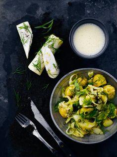 Fenkoli-perunasalaatti. Fenkoli ja kaprikset tuovat perunasalaattiin raikkautta ja kipakkuutta.
