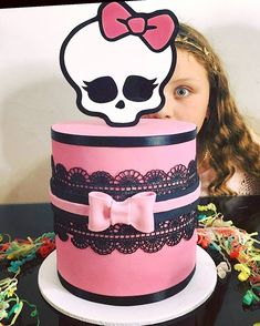 When your client @glamamakeup sends this fabulous pic !! It's #happyfriday !! Cake topper @lettersbyloulou 💖💖💖 #monsterhigh #monsterhighdolls #monsterhighcake #cake #birthdaycake #instalove #cake_me_pretty #blacklace #lace #edible #fun #funny #cute #cakes