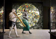 De Australische kunstenaars William Barton (links) en Djakapurra Munyarryun voeren de rookceremonie uit tijdens de opening van het Australische paviljoen.
