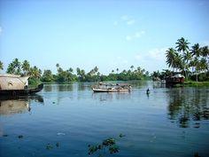 Tag med til det magiske og grønne land, Kerala, med kokospalmer, floder og stemningsfyldte landsbyer. Derfra videre til tamilernes land, Tamil Nadu, med de smukke, majestætiske templer og spændende historie. Rejsen begynder i Kochi, Østens Venedig, med kinesiske fiskenet, krydderier og gamle bydele.