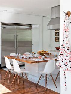 chão de madeira, e tampo da mesa tb, quebra o branco da cozinha!Cozinha Planejada