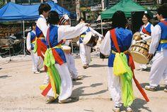 사물놀이 (samul nori), Samul nori is a genre of Korean traditional percussion music…