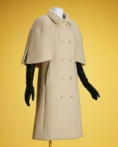 1957 Cristobal Balenciaga, Coat Omg how utterly perfect is that? Balenciaga Vintage, Balenciaga Coat, 1960s Fashion, Vintage Fashion, Vintage Outfits, Mode Mantel, Look Street Style, Simply Fashion, 20th Century Fashion