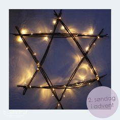 Pynt ute med stjerne av grener med lysslynge. Lykkefryd Porch Decorating, Ornament, Barn, Table Lamp, Chandelier, Printables, Ceiling Lights, Lighting, Interior