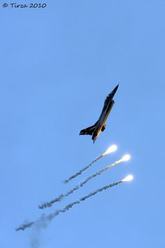 F-16 shooting off some flares.