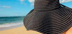 Egal ob groß oder klein, an heißen Tagen sind Sommerhüte gern gesehene Begleiter. Aus schicken Baumwollgarnen gezaubert, sind die Hüte angenehme Schattenspender, die gleichzeitig nicht ins Schwitzen geraten. Das Schöne: Moderne Sommerhüte kannst Du ganz leicht selbst stricken oder häkeln.