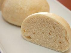 Knédli recept: Mártásos húsok, pecsenyék körete a gőzölt knédli. A cseh/szlovák területen készített köret, vagy az édes verziója, ami desszert, egy légiesen könnyű, párolt tészta. Használják kenyér helyett, mert nincs a kemény héja, és jól felszívja a pecsenyelét, szaftot. A tészta elkészítése nem okoz nagy gondot annak, aki készített már kelt tésztát, inkább a hangsúly a gőzölésen van. http://aprosef.hu/knedli_recept