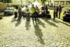 """""""Sofá na Rua""""  tem como prática, e não como objetivo principal, ocupar o espaço público, para então, propiciar para o artista, músico e o usuário do espaço um lugar receptivo, aberto para o trabalho comunitário, em que a cultura e o lazer, possam se encontrar, um uso criativo do espaço.  Realização Casa Fora do Eixo, Pelotas, RS-Brasil #urbanintervention https://www.facebook.com/sofanarua?fref=ts"""