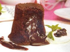 Volcán de chocolate http://www.postresypasteles.com/budines/volcan-de-chocolate/