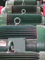 Grote industriële motoren worden gecontroleerd en vele malen gereviseerd.