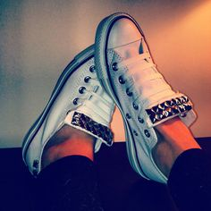 Custom Made Studded Converse shoes von StuddedHeartsShop auf Etsy