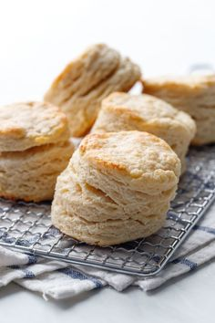 Don't waste that sourdough discard! Instead, use it it to make these wonderfully flaky, yeasty biscuits, baked to perfection in a cast iron skillet. Sourdough Biscuits, Flaky Biscuits, Sourdough Recipes, Cornbread Recipes, Jiffy Cornbread, Yeast Bread, Olive Oil Biscuits, Babka Recipe, Biscuit Recipe