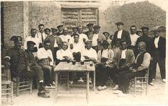 [Guardia civil y grupo de hombres bebiendo alrededor de una mesa] (s.a.) - Vidal