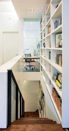 A New York Apartment Filled With Space-Saving Surprises. Este librero se desliza para permitir alcanzar los objetos en lo alto.
